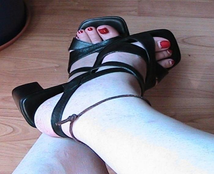 Nackte Füsse in Sandalen